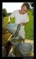 pomagamy napełnić beczkę z wodą do mycia się