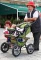 dziadek z wózkiem